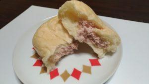 生クリームパンをお皿に半分にした状態